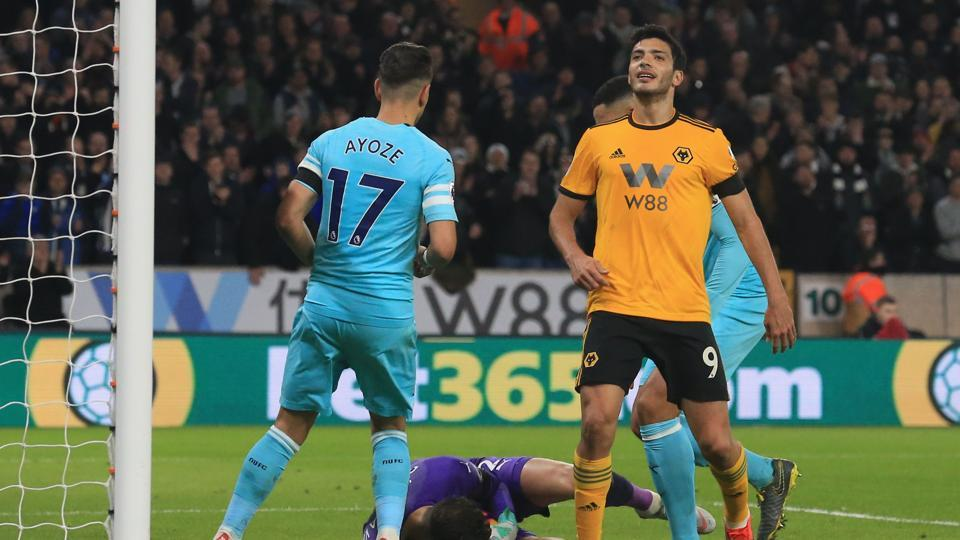 Wolverhampton Wanderers' Mexican striker Raul Jimenez (R) reacts after Newcastle United's Slovakian goalkeeper Martin Dubravka (C) saved his shot during the English Premier League football match between Wolverhampton Wanderers and Newcastle United