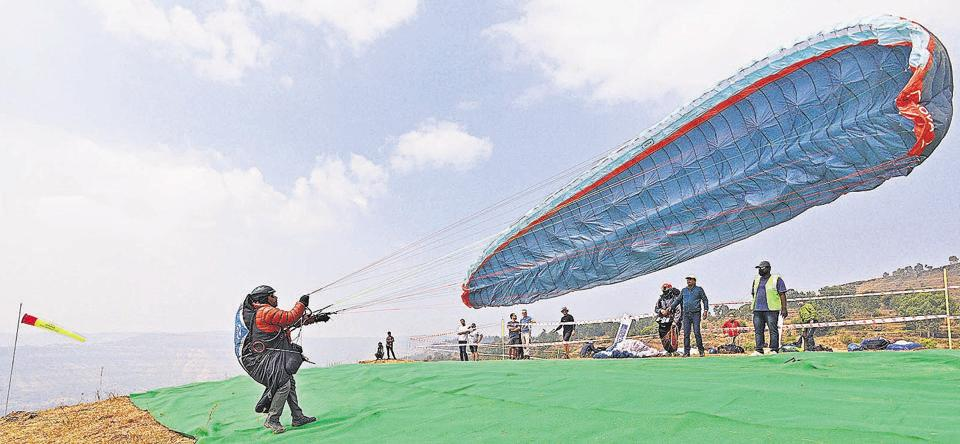 Paragliders from 23 countries have assembled in Panchgani to take part in the third edition of Panchgani Open Paragliding competition. This time the event is also known as Pre Paragliding World Cup and Indian Nationals. (Pratham Gokhale/HT Photo)