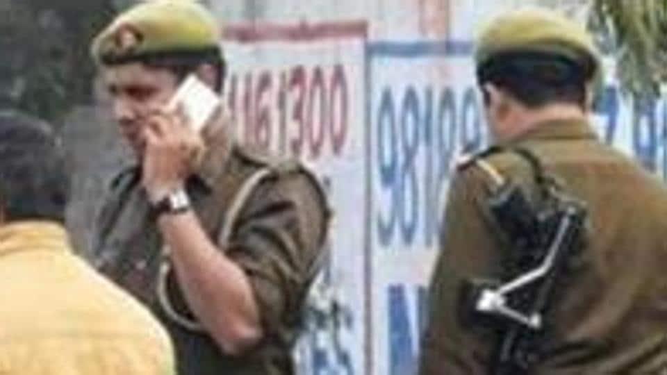 noida police,delhi police,delhi police constable suspended