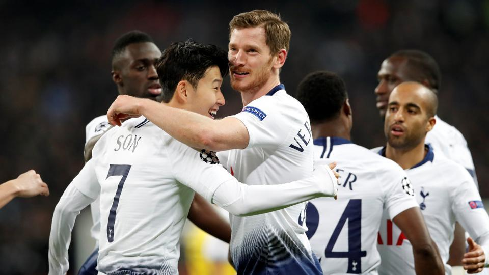 Jan Vertonghen celebrates a goal with his teammates.