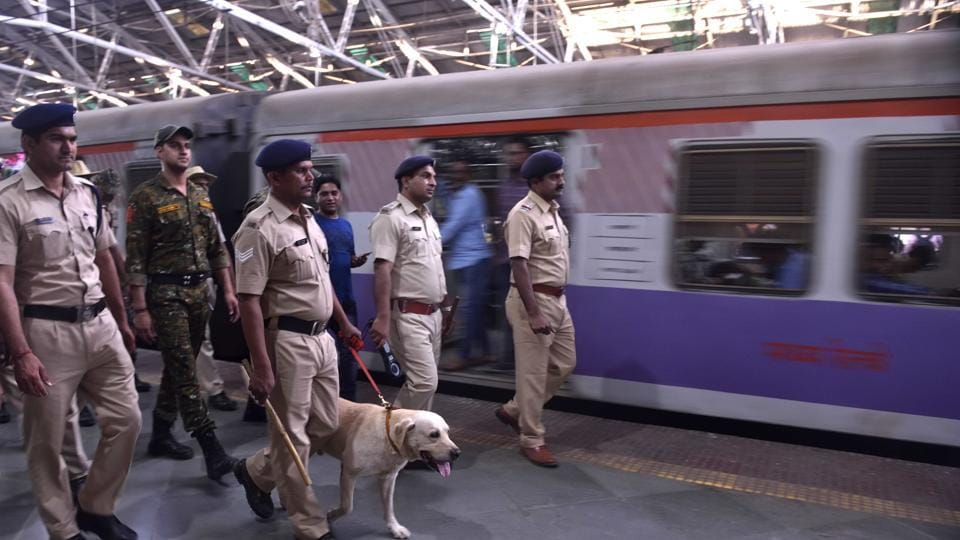 A police constable Saturday saved the life of a man who fell off a train by carrying him on his shoulder and running for about one-and-a-half kilometres to a nearby railway station in Madhya Pradesh's Hoshangabad district.