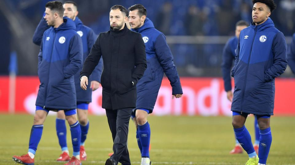 Schalke coach Domenico Tedesco and his players react end of the first leg, round of sixteen, Champions League soccer match between Schalke 04 and Manchester City