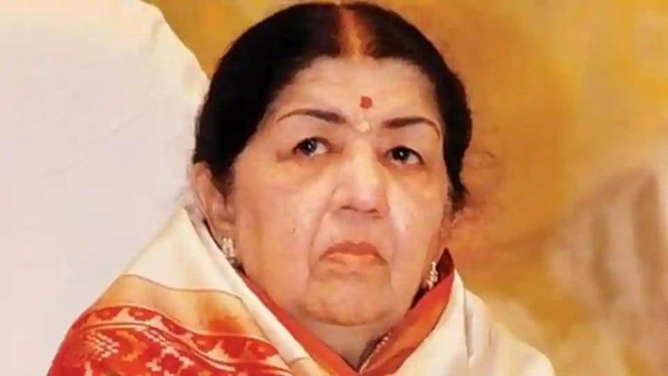 Lata Mangeshkar joins Amitabh Bachchan and Akshay Kumar to donate money for Indian soldiers.