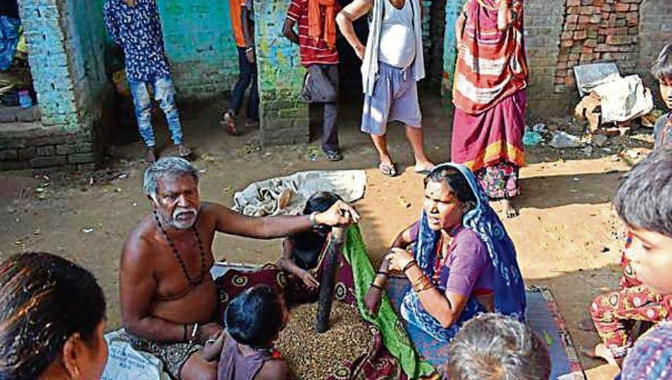 Nomads at Bihta claim themselves as Paithan, but follow Hindu traditions. The dead are cremated