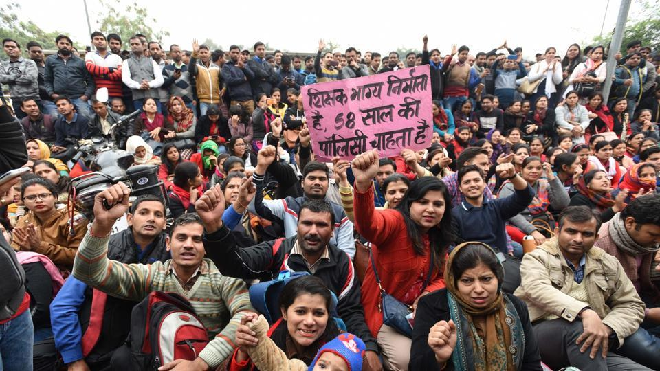 Guest Teachers of Delhi Govt schools, whose contract ended on 28 February, protested outside the residence of Deputy chief minister of Delhi Manish Sisodia, at Mathura road in New Delhi, India, on Saturday, March 2, 2019. (Photo by Arvind Yadav/ Hindustan Times)