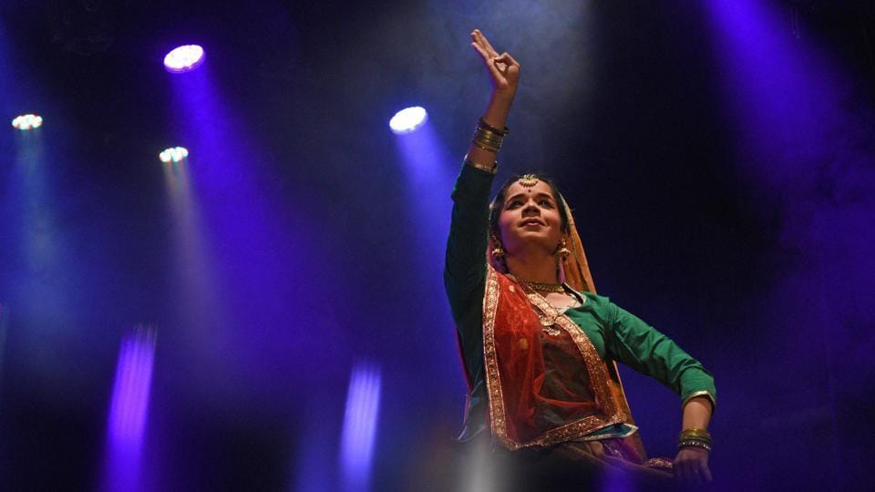 Shivani Karmarkar, a student at Lalit Kala Kendra (centre of performing arts) of Savitribai Phule Pune University, performs Kathak at the event Antarmanatle Hunkar, written and directed by Guru Shama Bhate, on the eve of Women's Day at Tilak Smarak Mandir on Thursday. (Pratham Gokhale/HT Photo)