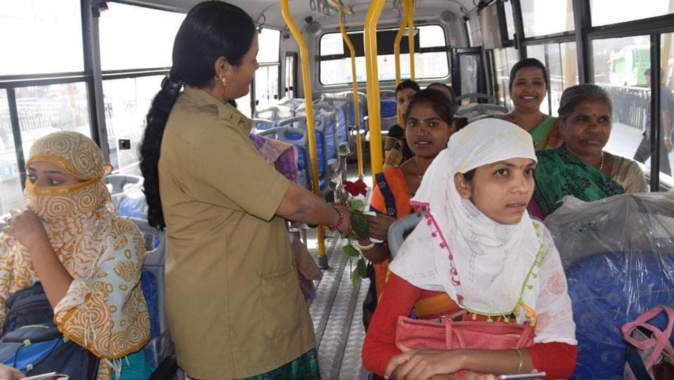 On the occasion of International Women's Day, the Pune Mahanagar Parivahan Mahamandal Limited (PMPML) had given free travel concession to Tejaswini (service) bus passsengers, while some buses were welcomed to the women by distributing flowers, chants in Nigdi on Friday. (HT PHOTO)