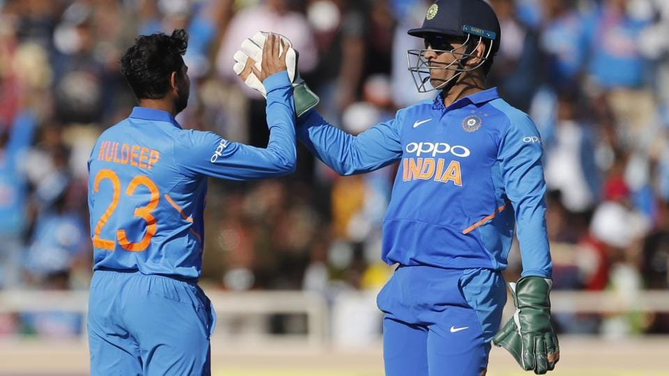 India vs Australia: MS Dhoni's smart glove work sends ... Ms Dhoni Wicket Keeping Diving