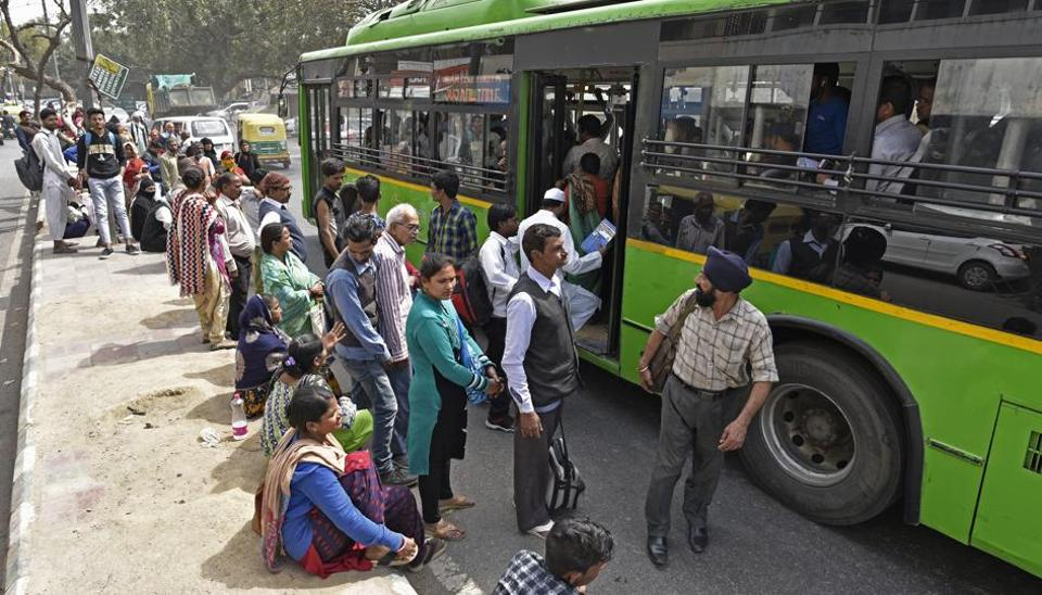 As per guidelines, the level of bus queue shelters should be the same as the floor of a low-floor bus.