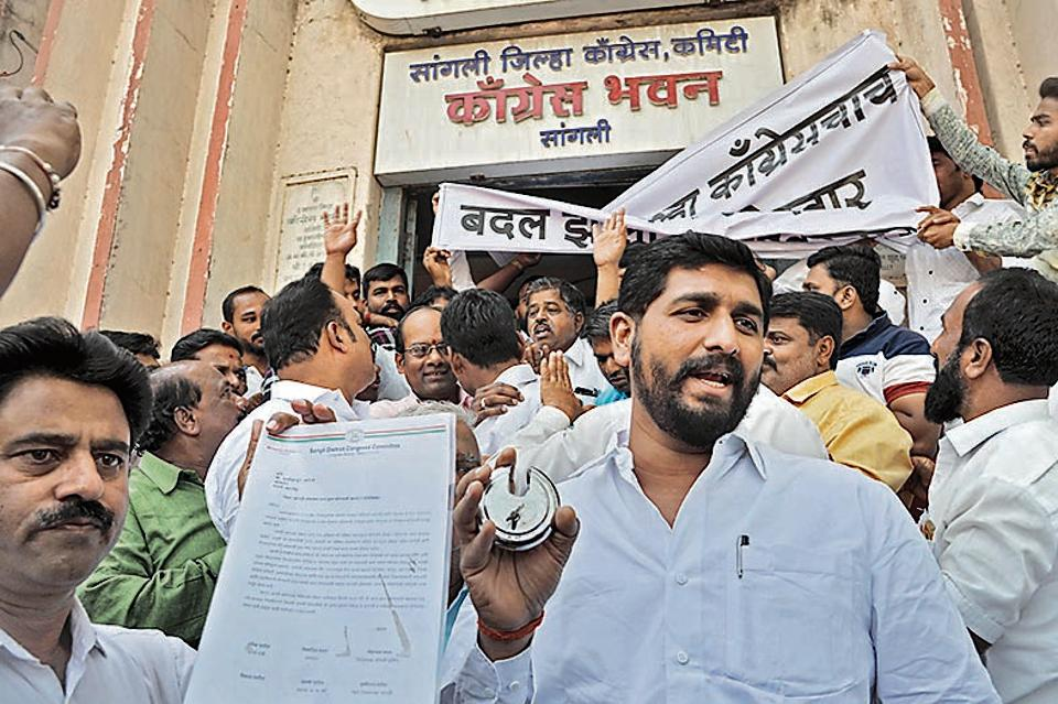 Congress workers took to the streets after the current member of Parliament and Swabhimani Shetkari Sanghatana's founder Raju Shetti sought the Sangli, Wardha or Buldhana seats to join the alliance.