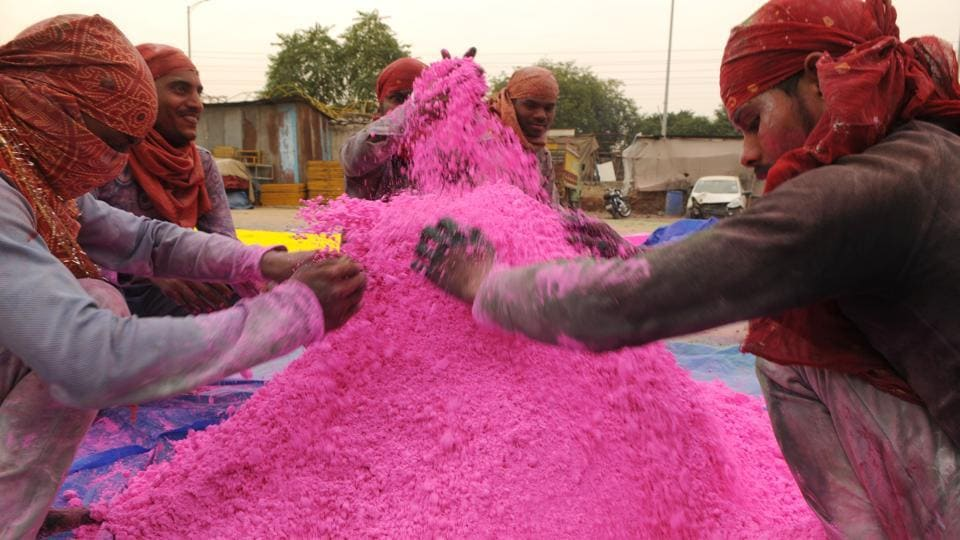 Over the past few years, there has been a growing consciousness among consumers regarding the harmful effects of using chemical-based powders. The colours are now produced using a variety of natural ingredients and some of these are sourced from food products. The use of Arrowroot has also emerged from this shift towards natural processes. (Parveen Kumar / HT Photo)