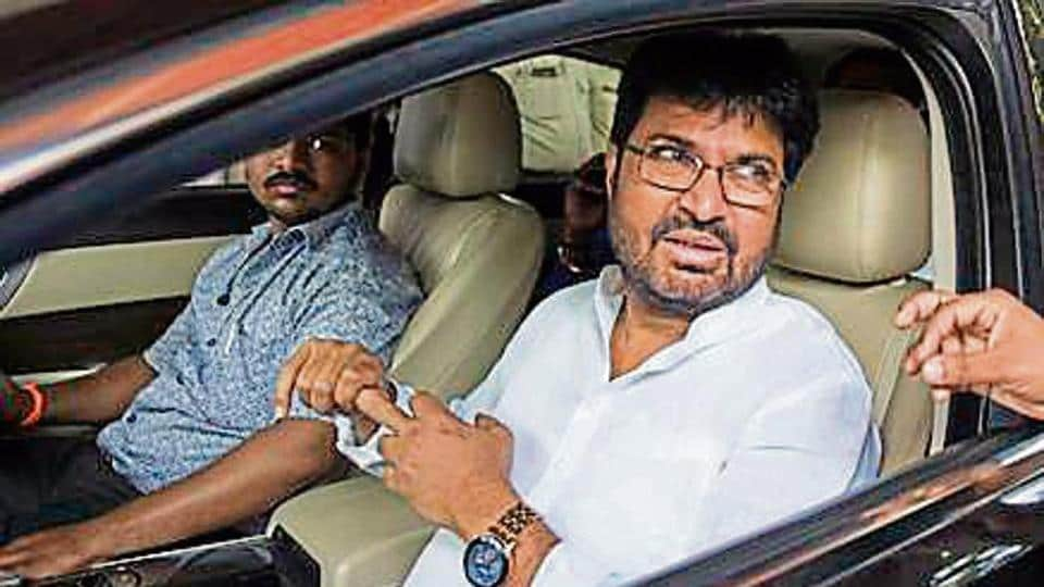 Shiv Sena minister Arjun Khotkar, who had vowed to contest the Jalna LokSabha seat against state Bharatiya Janata Party (BJP) president Raosaheb Danve, despite the saffron alliance, is likely to back down.