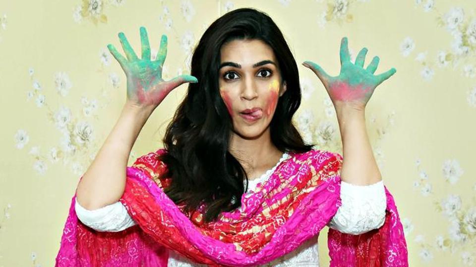 Kriti Sanon recalls celebrating Holi with 'pakka rang, gulal, kichad' and what not