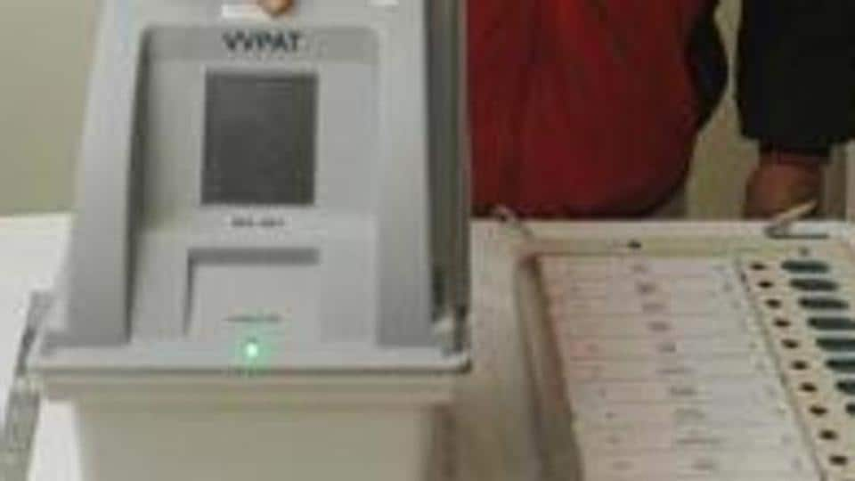 An electoral officer demonstrates the Electronic Voting Machine (EVM) and Voter Verifiable Paper Audit Trail (VVPAT) during the review meeting of poll preparedness of the state for the upcoming general elections, in Patna, Bihar, India, on Friday, January 18, 2019.