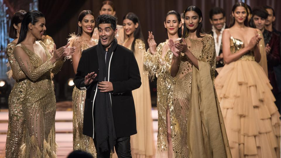Designer Manish Malhotra greets the crowd during HT India's Most Stylish Awards 2018. (Satish Bate/HT Photo)