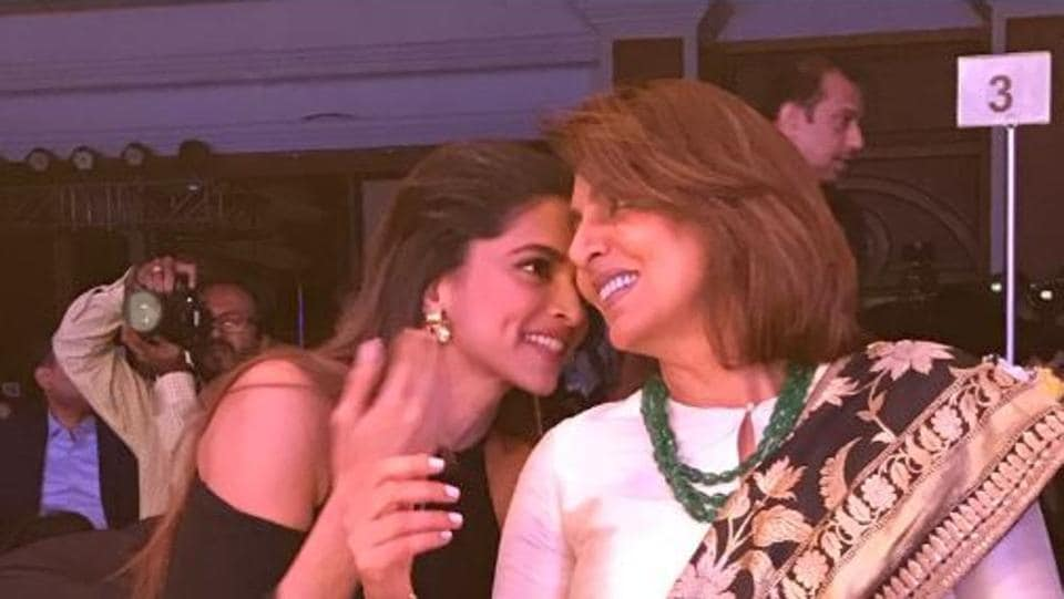 What's the secret ladies? It was wonderful to see actors Deepika Padukone and Neetu Singh catch up at the style awards. (HT Photo)