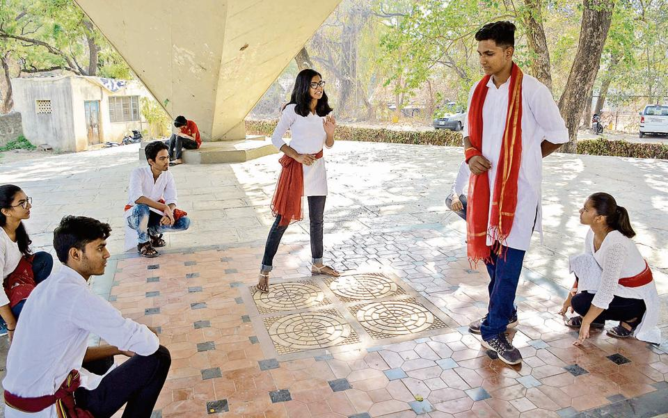 FC Creators, which is the drama group of Fergusson College will be staging street plays about voter awareness all over the city, particularly at prominent chowks like Good Luck chowk and Mandai chowk, starting from April first week.