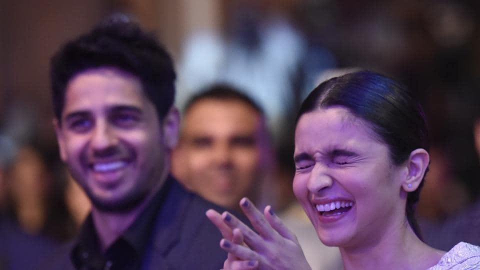 Actors Sidharth Malhotra and Alia Bhatt were seen having a gala time at the awards. Don't miss out on Alia's toothy grin. (Kunal Patil/HT Photo)