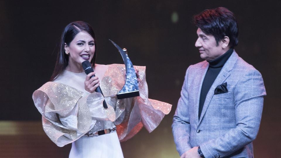 Hina Khan accepts her award from Shekhar Suman during HT India's Most Stylish Awards in 2018.  (Satish Bate/HT Photo)