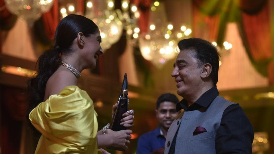 Sonam Kapoor and Kamal Haasan during HT India's Most Stylish Awards in 2018. (Kunal Patil/HT Photo)