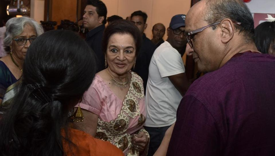 Veteran actor Asha Parekh looked resplendent in a timeless sari at the style awards. Here, she interacts with some of the attendees. (Pratik Chorge/HT Photo)