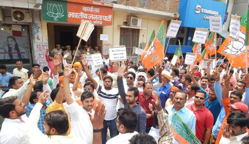 Ballia MPsupporters protesting against the denial of ticket to their leader Bharat Singh.