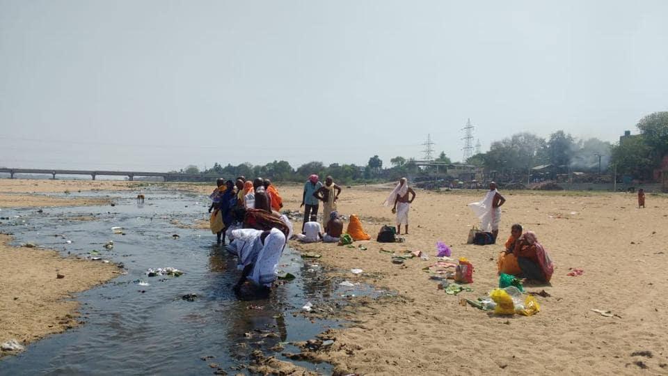 People perform pind daan at Falgu