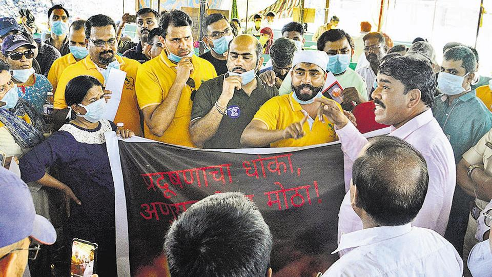 At least 200 residents of the Wagholi housing societies association held a silent protest on Saturday, against the delay in setting up a garbage composting plant in the area.