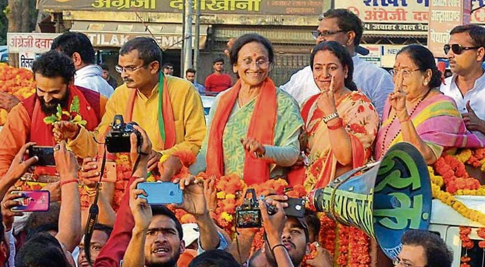 Cabinet minister and BJP candidate for Allahabad parliamentary seat Rita Bahuguna Joshi being welcomed on her arrival from Lucknow on March 30. (HT File Photo)