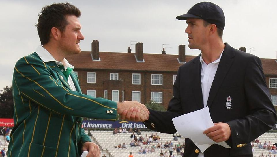 Captain Graeme Smith of South Africa and Kevin Pietersen of England shakes hands at the toss ahead of day 1 of the 4th Npower Test Match between England and South Africa at the Oval on August 7, 2008 in London, England. (Photo by Tom Shaw/Getty Images)