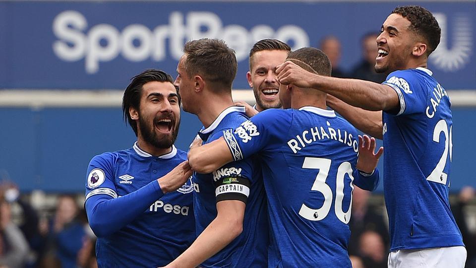 Everton's English defender Phil Jagielka (2L) celebrates scoring the opening goal .