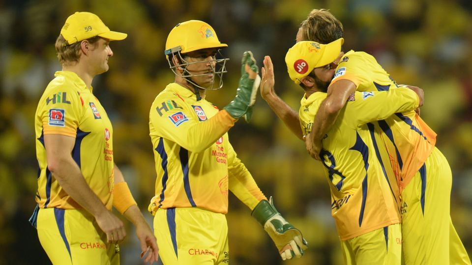 Chennai Super Kings cricketer Imran Tahir and Mahendra Singh Dhoni (C) celebrate a wicket of Kolkata Knight cricketer Shubman Gill. (AFP)