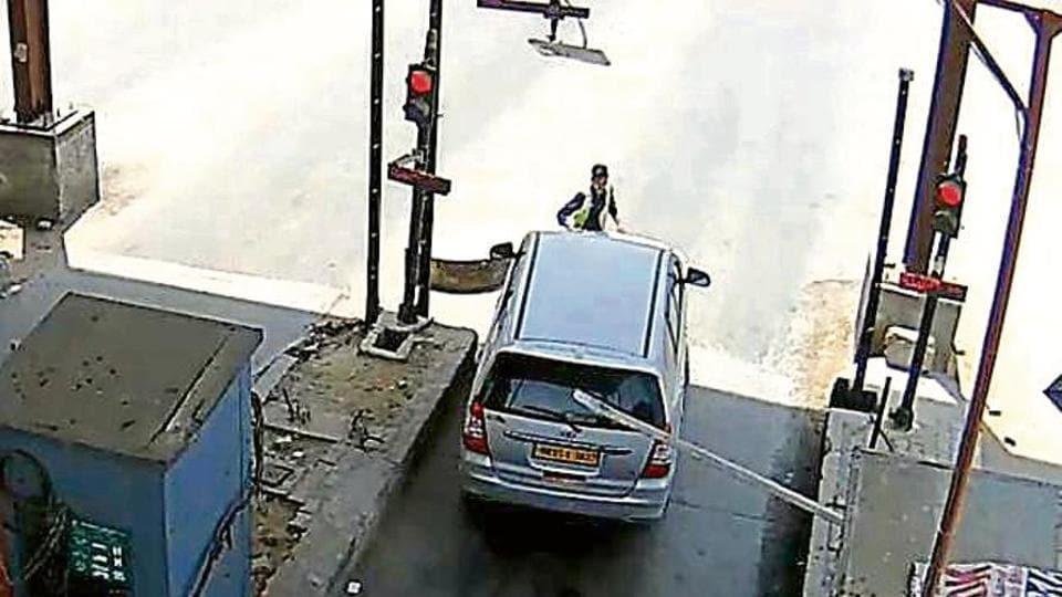 toll plaza,worker,arrest