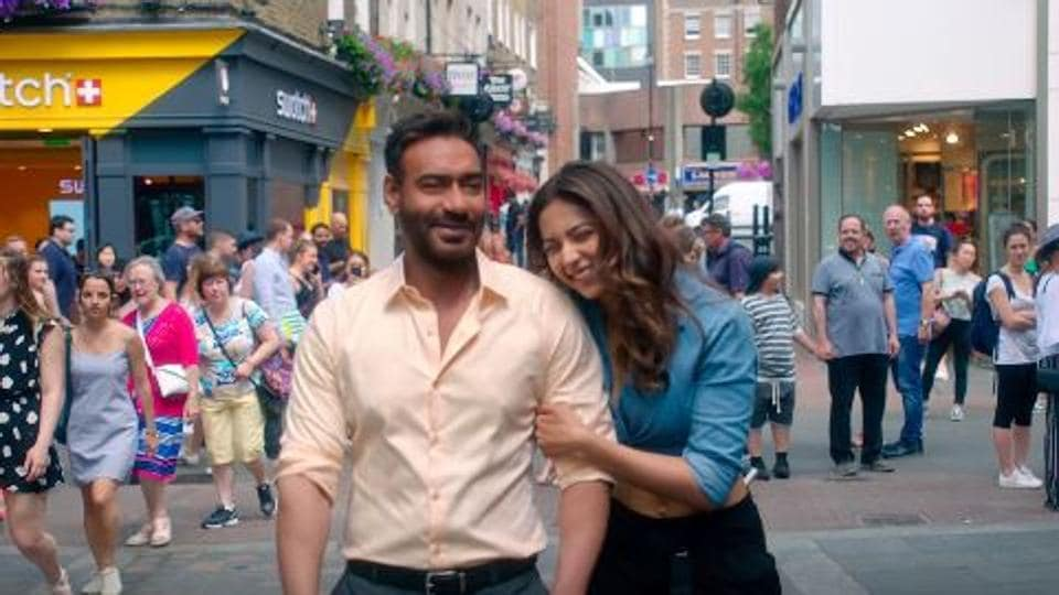 Ajay Devgn plays a divorced man with grown-up kids who falls for a much younger girl.