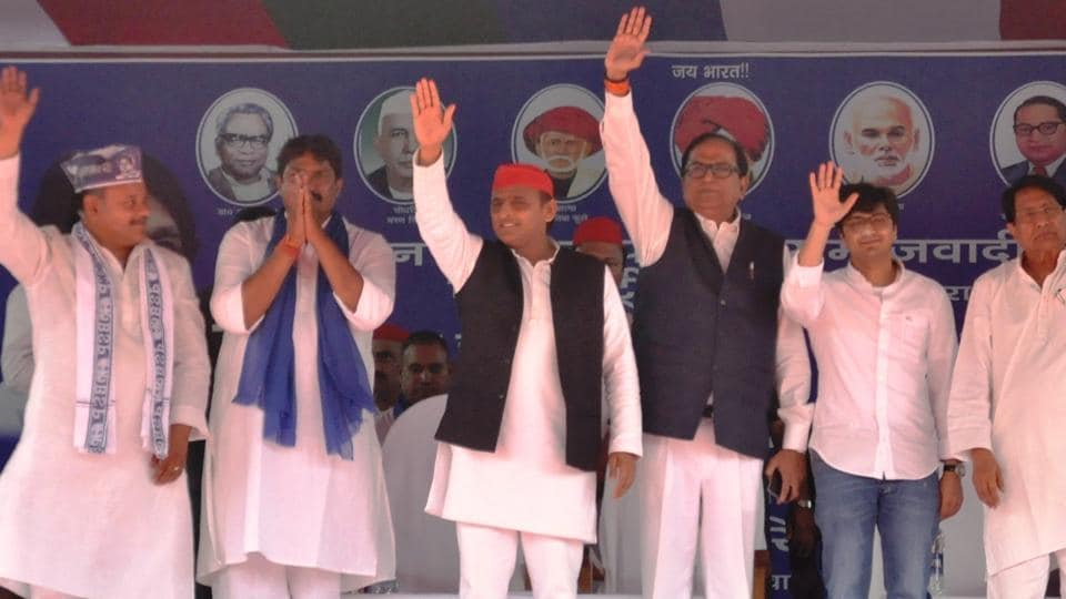 Akhilesh Yadav with other leaders of alliance