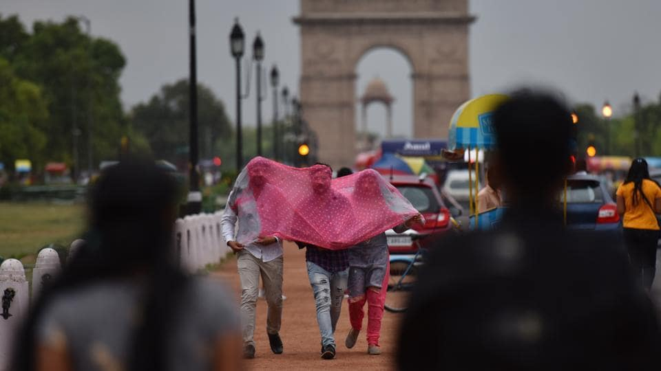 People enjoy pleasant weather at India Gate in New Delhi, India. (Sanchit Khanna / HT Photo)