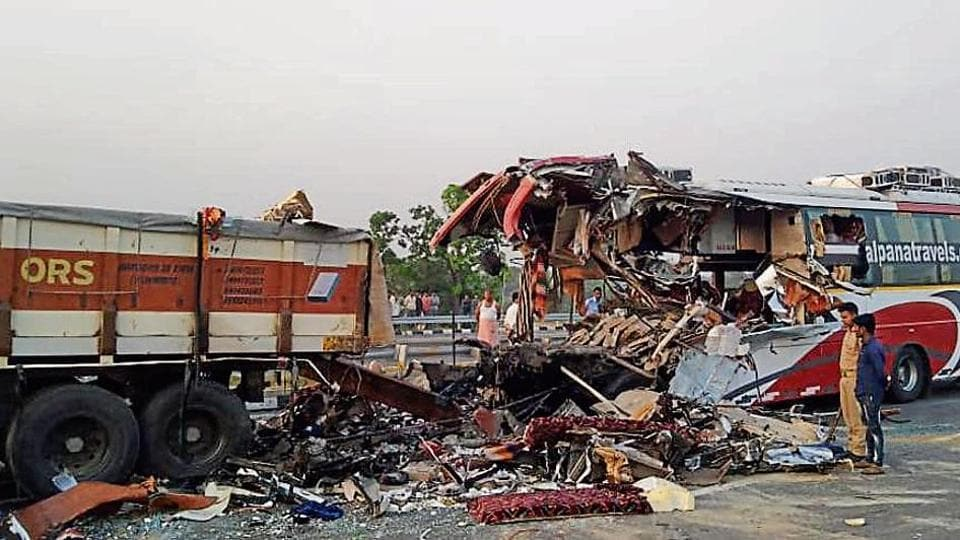 Agra-Lucknow expressway,India news,Varanasi-bound bus