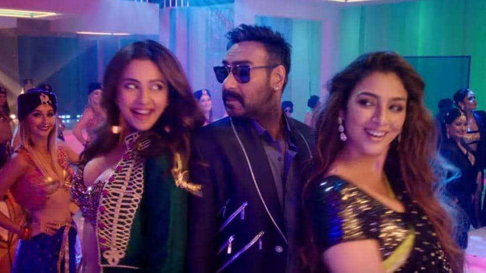 Tabu and Rakul Preet dance with Ajay Devgn in new De De Oyaar De song, Hauli Hauli.
