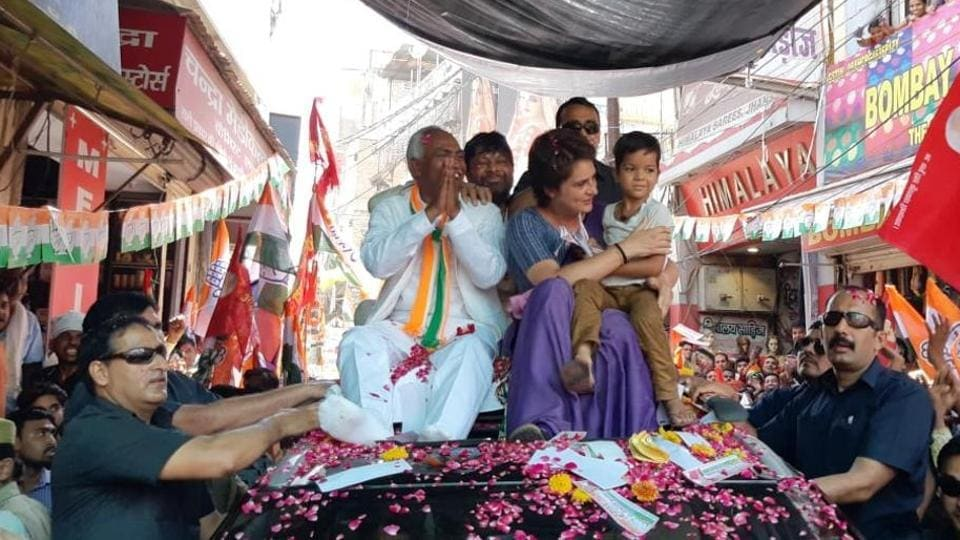 At the Jhandeswar crossing, a group of people showed the Congress leader saffron flags, which she met with a smile. Priyanka Gandhi held the road show for party candidate Annu Tandon.