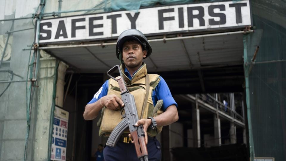 TOPSHOT - A Sri Lankan soldier stands guard on a street in Colombo on April 27, 2019, following a series of bomb blasts targeting churches and luxury hotels on Easter Sunday in Sri Lanka.