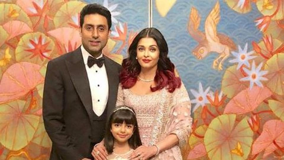 Abhishek Bachchan, Aishwarya Rai and Aaradhya pose for a photograph.