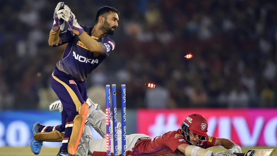 KKR wicket-keeper Dinesh Karthik attempts to run out KXIP batsman Sam Curran.