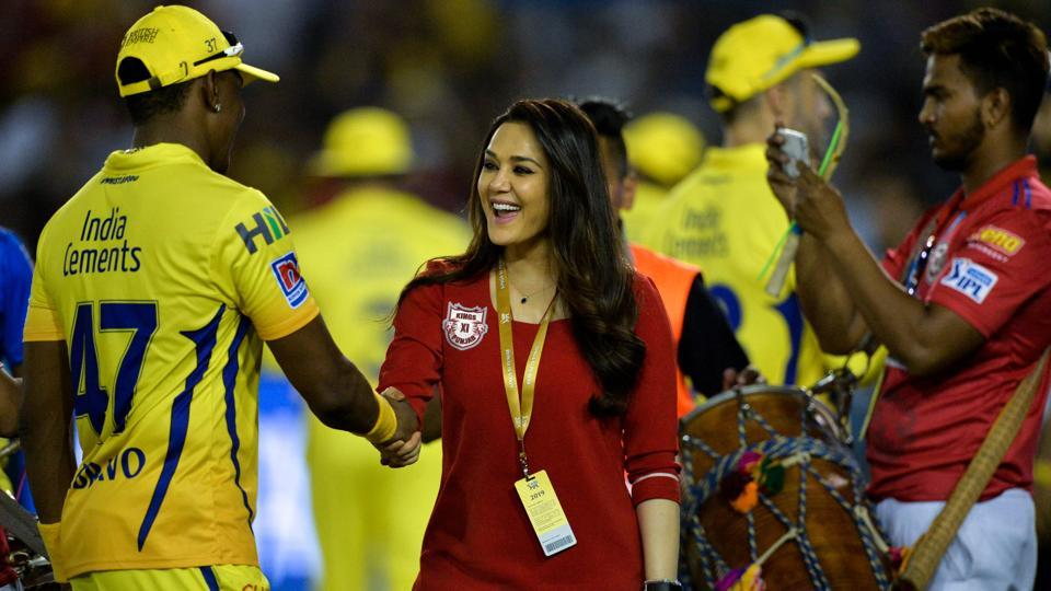 Kings XI Punjab team owner Preity Zinta (C) shakes hands with Chennai Super Kings cricketer Dwayne Bravo. (AFP)