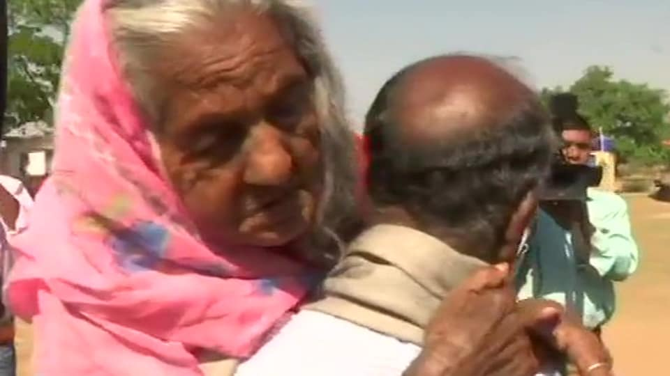A man arrived with his 105-year-old mother to cast votes at polling booth number 450 in Jharkhand's Hazaribagh