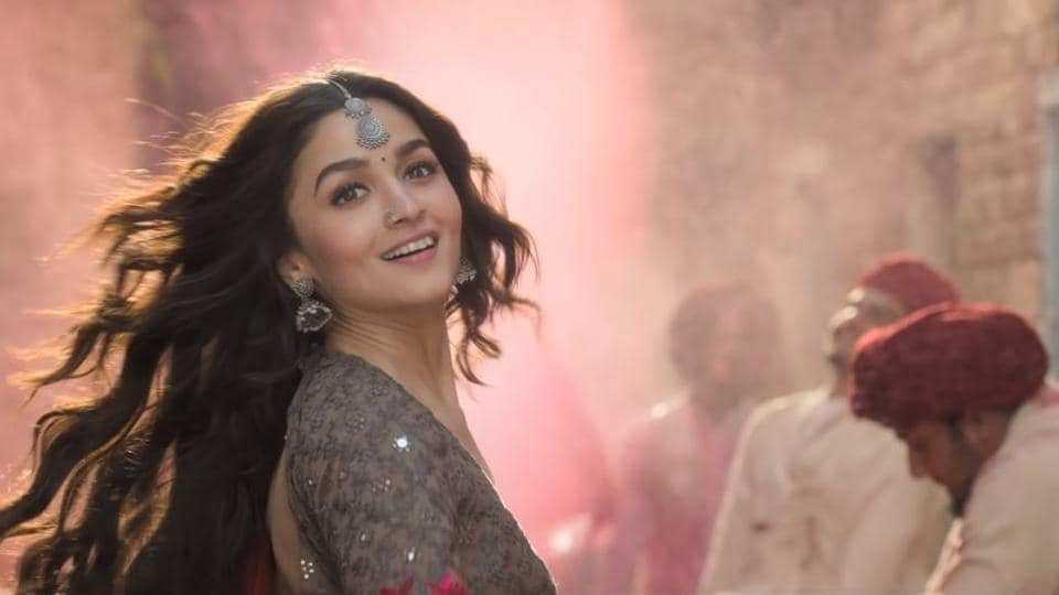 Alia Bhatt will charm you with her beauty and dance moves in Kalank song Rajvaadi Odhni. Watch video