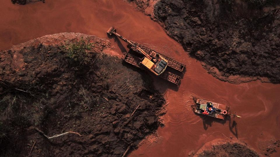 Aerial view showing emergency crews using an amphibious vehicle and heavy machinery as they continue the slow process of picking through the mud looking for bodies, 99 days after the collapse of the Corrego do Feijao dam of mining company Vale in Brumadinho, Minas Gerais State, Brazil. (Douglas Magno / AFP)
