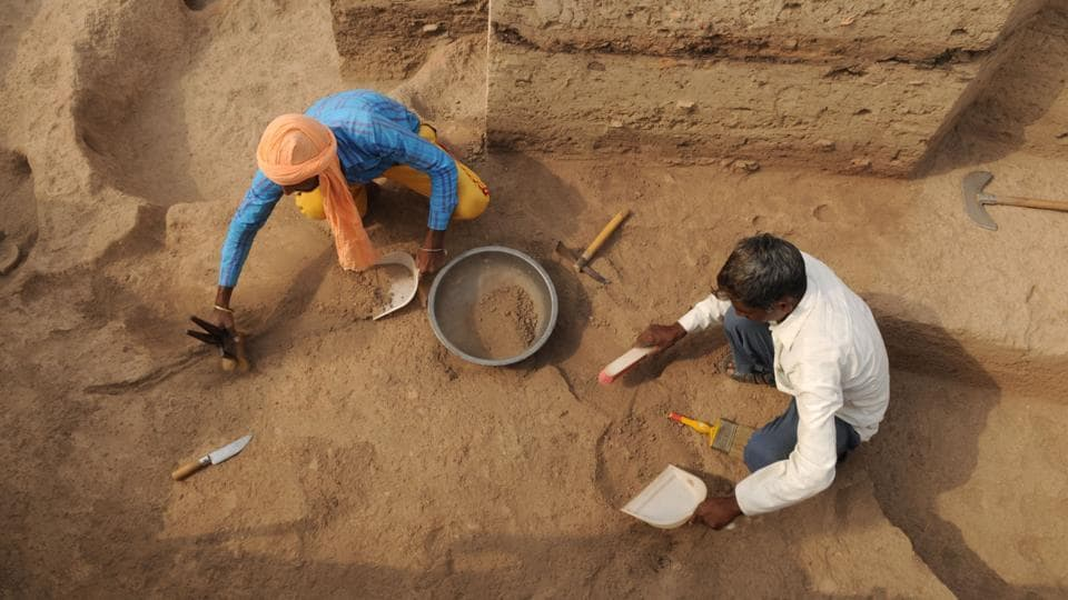 Workers during an excavation. First discovered in 1986, excavations in Kunal have taken place over different seasons in 1992-93, 1996-97, 1998-99, 1999-2000, 2001-2002 and 2002-2003. The compilation of the findings from the seventh round of excavations that ended two weeks ago, are expected to be released in a year. (Parveen Kumar / HT Photo)