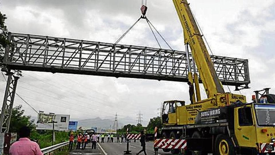 The Mumbai-Pune Expressway was shut for two hours on September 6, 2018, as MSRDC installed an overhead gantry at Shedung Phata.