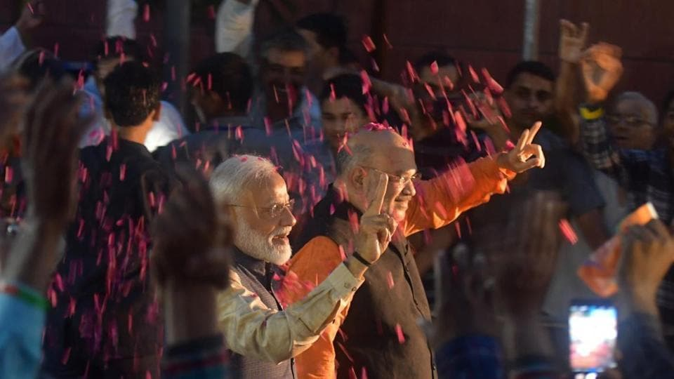 Prime Minister Narendra Modi and BJP chief Amit shah flashing victory sing at the BJP headquarters in Delhi. (Raj K Raj/HT Photo)