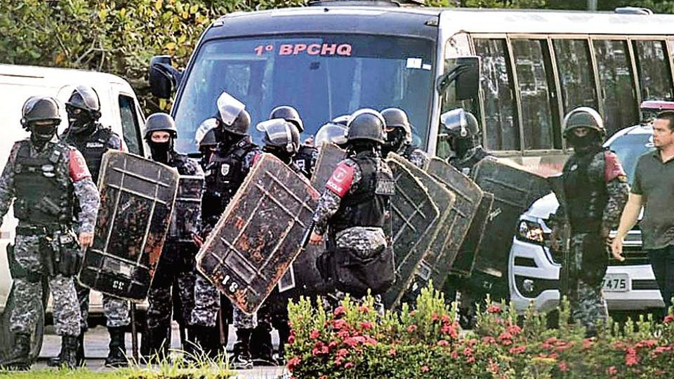 Riot police prepare to invade a prison in the Puraquequara neighbourhood in Manaus, Brazil.  (AFP Photo)
